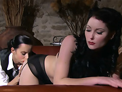 Lesbo eats brunnete beauty close to flawless making